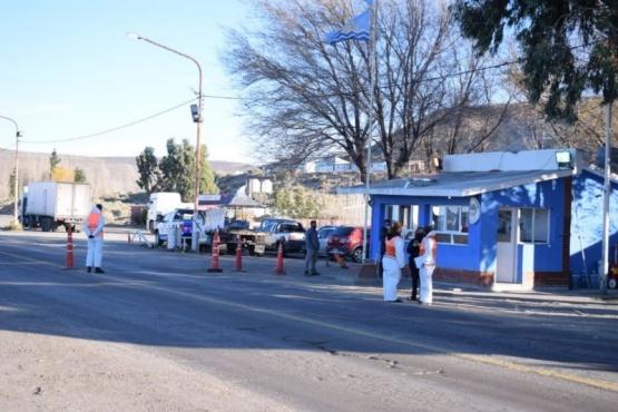 Una familia zíngara intentó ingresar a Santa Cruz en un vehículo transportado por un camión