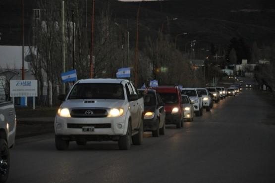 Multitudinaria caravana en contra del ingreso de petroleros chubutenses a Santa Cruz