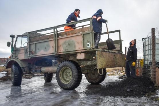 Municipio y Ejército Argentino realizan operativo de entrega de carbón a barrios