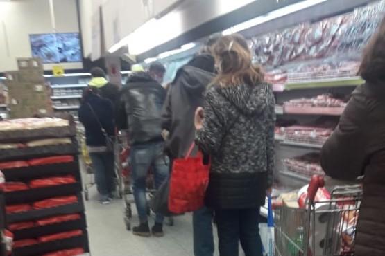 El aislamiento social, preventivo y obligatorio trajo largas colas en los supermercados