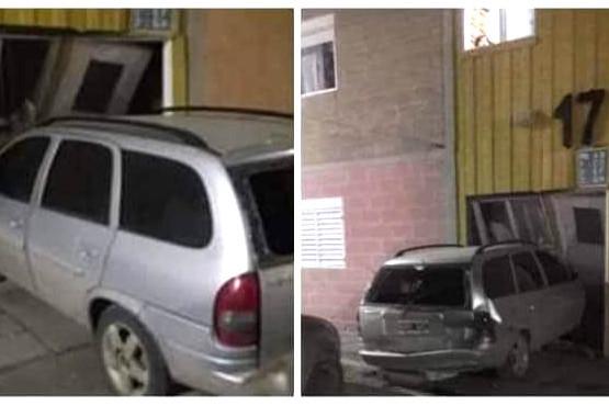 El Chevrolet Corsa incrustado contra la escalera.