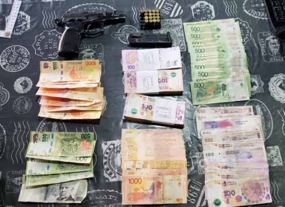 Allanan dos viviendas y secuestran drogas, un arma y dinero