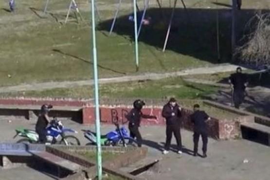 Un barrabrava corrió a golpes y piedrazos a la Policía