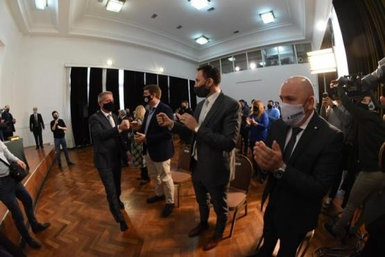 Arcioni se reunió con referentes del PJ y diputados, pero no invitó a Sastre y Maderna