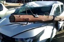 Camión derribó postes de telefonía y destruyó dos autos