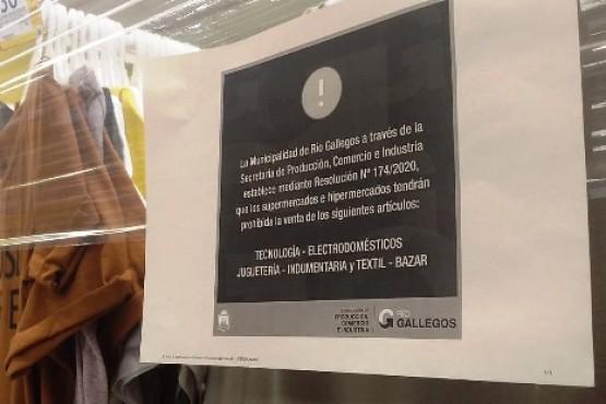 Supermercados con góndolas precintadas en Río Gallegos.