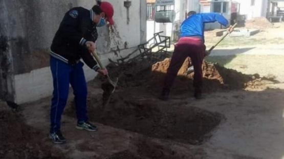 Su mamá murió por coronavirus y tuvo que cavar una fosa para enterrarla