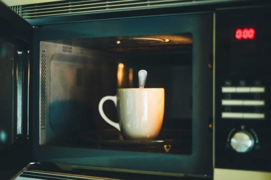 Por qué no es conveniente calentar agua en el microondas