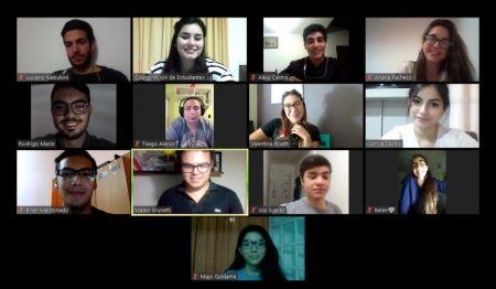 Estudiantes secundarios participan de reuniones virtuales junto a áreas de Educación
