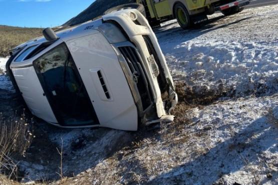Una camioneta volcó en la ruta y dejó a tres personas en el hospital