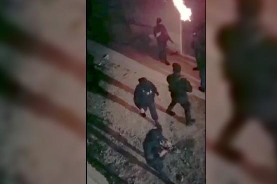 Fiesta ilegal terminó en batalla campal con la policía: 3 detenidos
