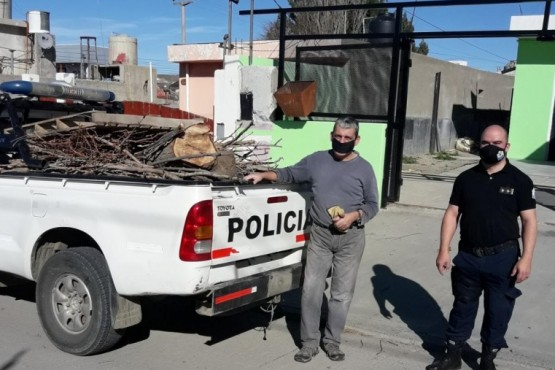 Personal de la Comisaría Cuarta entregó leña a familias de zona de chacras