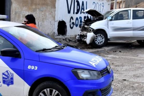 El vehículo perdió el control y se incrustó contra la vivienda.