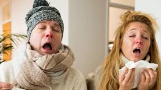 Científicos explican cómo diferenciar los síntomas del coronavirus y del resfrío