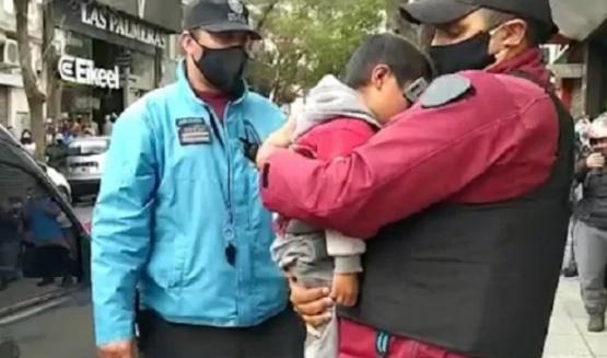 Rescatan a nene de 4 años que sus padres dejaron encerrado en la camioneta