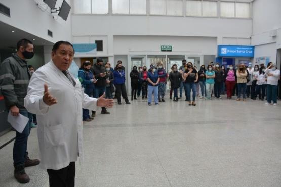 Asamblea de trabajadores en el hall del Hospital. (Foto: C.R)
