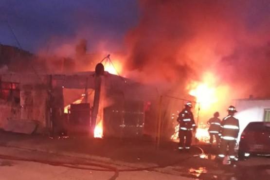 Bomberos sofocaron incendio en la vivienda de un hombre acusado de abuso sexual