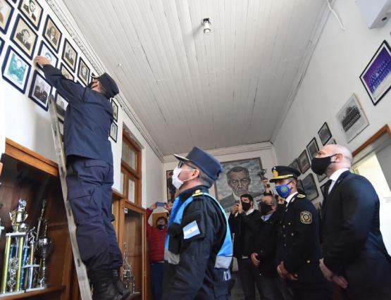 Massoni y la Policía retiraron los cuadros de honor del ex comisario Juan Luis Ale