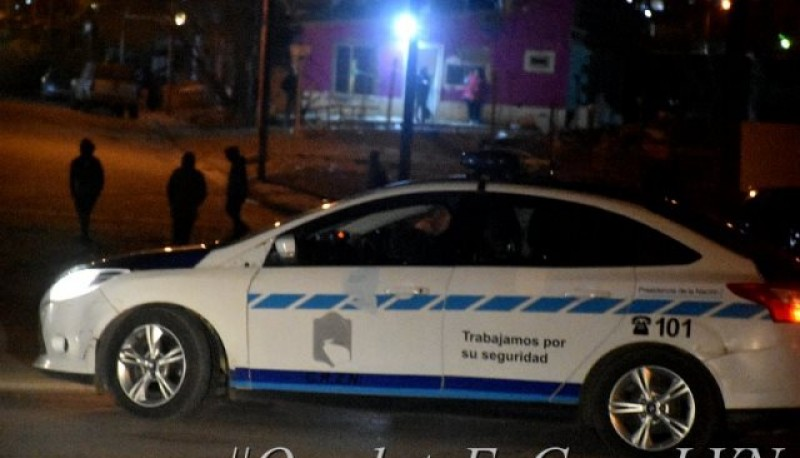 El personal policial fue agredido con piedras y otros elementos.