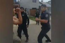 Un policía se desprendió la camisa y se agarró a trompadas con un vecino