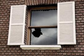Fue liberado tras amenazar a su pareja y volvió para romper sus ventanas