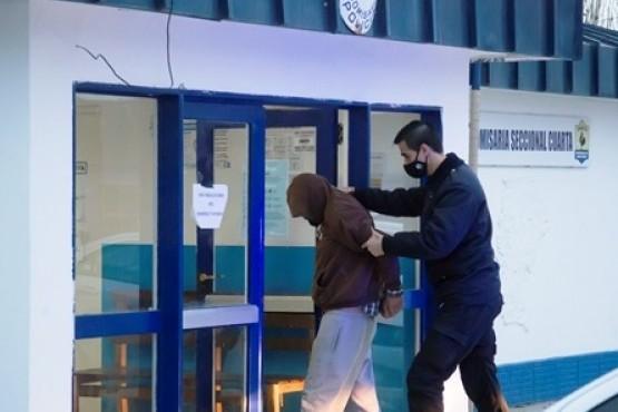 El padre entregó al joven que golpeó a una abuela para robarle