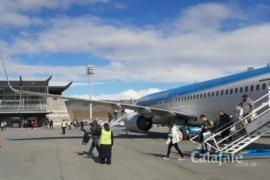 Llegó avión con 150 trabajadores de las represas