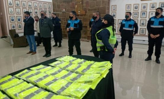 Policíarecibió 100 chalecos nuevos para el personal de las comisarías