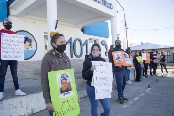 La familia, amigos y vecinos se manifestaron en la puerta del 101. (Foto: C.G.)