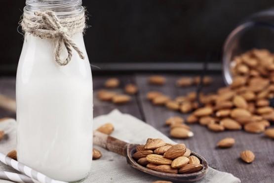 Sano deleite: la sencilla receta de la leche de almendras y sus beneficios