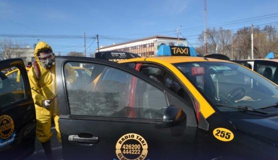 Después de un caso de coronavirus desinfectaron una parada de taxis
