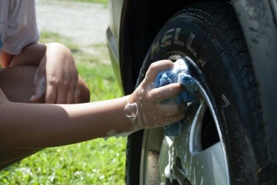 """Cómo lavar el auto """"en seco"""" y ahorrar mucha agua en casa"""