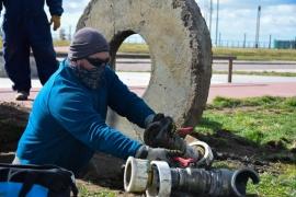 Trabajadores municipales buscan reactivar el sistema de riego del Parque Pirincho Roquel