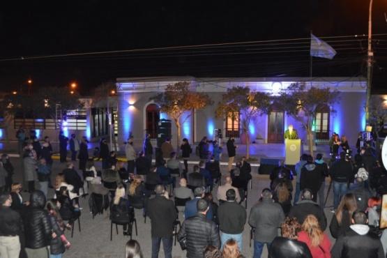 Con autoridades provinciales se inauguró la fachada del municipio de Rawson
