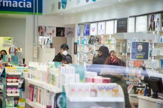 Efectivos policiales en la farmacia Foto C.G.