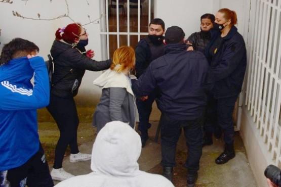El ex Concejal fue acorralado por ambas madres y sus familiares a la salida del Juzgado Penal. (Foto: C.R)