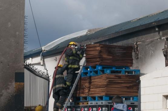 Bomberos sofocando el incendio (L.F)