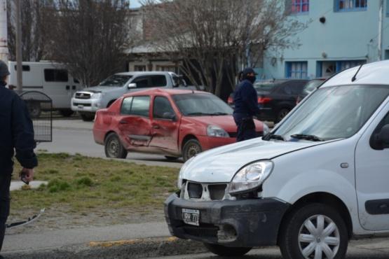 Chocaron dos vehículos tras no ceder el paso
