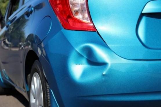 Cómo quitar una abolladura del auto con agua caliente