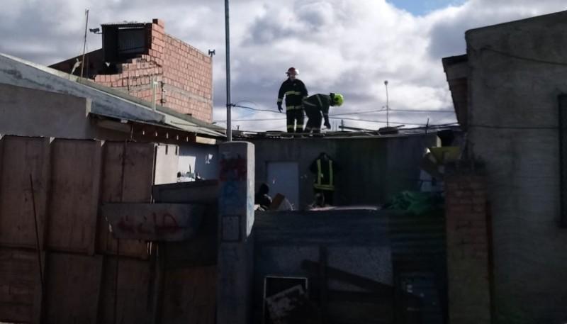 Bomberos en el techo de la casa (Foto: C.Robledo).
