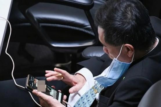 Un legislador fue sorprendido viendo porno durante una sesión