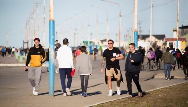 Gente paseando en la Costanera local días atrás, sin uso de barbijo y con aglomeración.