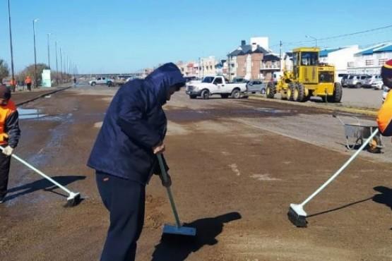 Biss supervisó las tareas de limpieza del personal de Ambiente y Obras Públicas