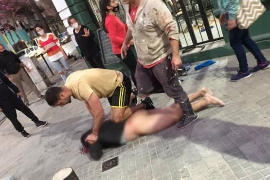 Golpearon y desnudaron a un ladrón que intentó robarle a una mujer embarazada