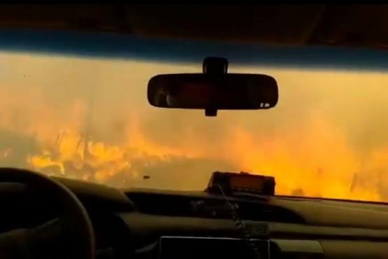 Estremecedor: así escapan bomberos de las llamas en Córdoba
