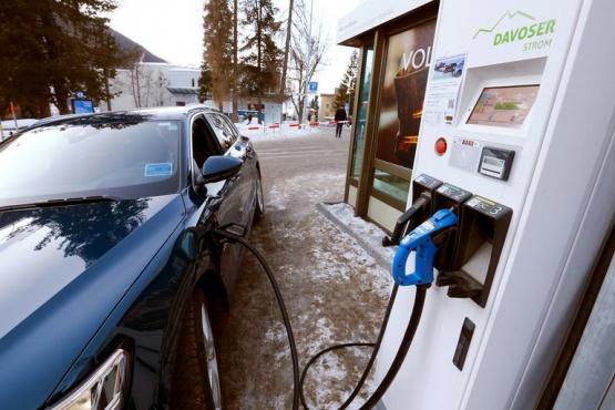 Prohiben la venta de autos que utilicen combustibles fósiles a partir de 2035