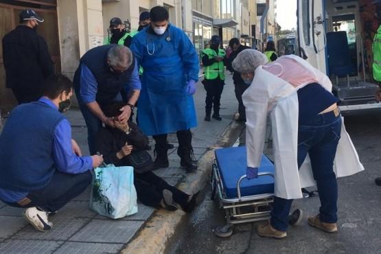 Mujer lesionada al caerse de un colectivo en marcha