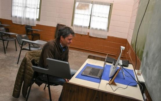 Por primera vez, un preso se recibe de abogado tras un examen virtual