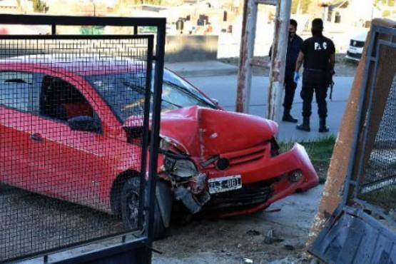 Dos jóvenes heridos al incrustarse con su vehículo contra un paredón