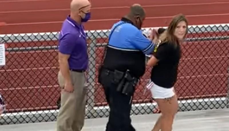 Un policía detuvo con una pistola taser a una mujer que no quería ponerse el barbijo